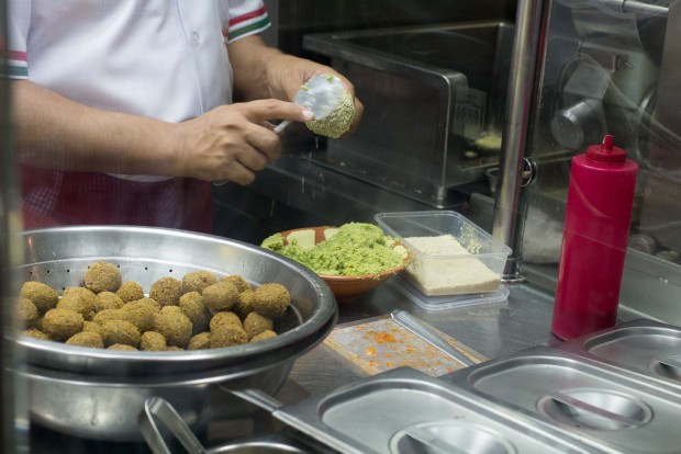 qwaider al nabulsi  making falafel